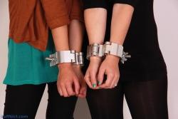 Swivelling scaffolding piple clamp cuffs
